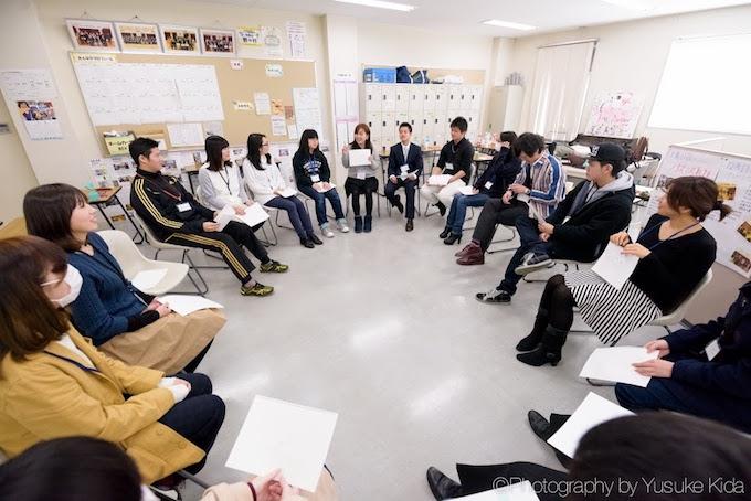【写真】D×Pが高校で提供するプログラム「クレッシェンド」の風景。20人ほどが円になって座りそれぞれ話している。