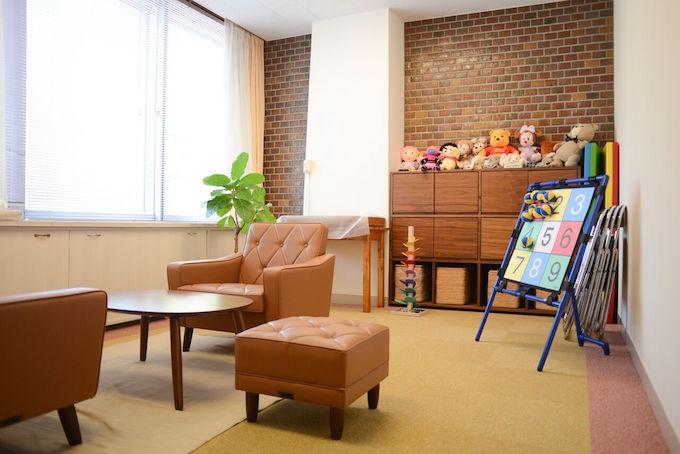 【写真】シックな家具とレンガ調の壁が暖かい雰囲気を作り出している。