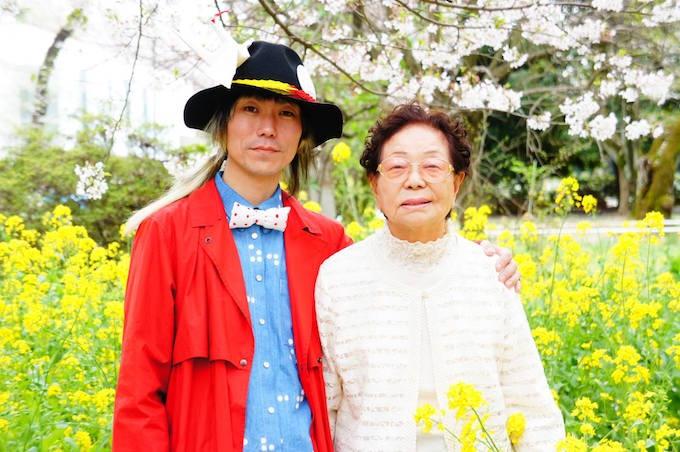 元ハンセン病患者のマキさんと、ファッションデザイナーの鶴田さん