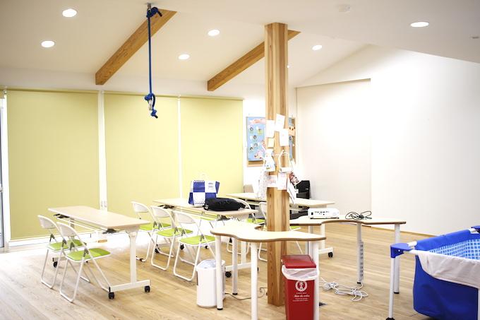 【写真】長机や椅子が並べられた清潔な空間