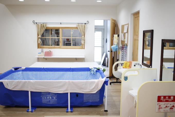 【写真】寝たきりの子が使用する移動リフト付きのお風呂。お風呂は何人も入れそうなくらい広々としている