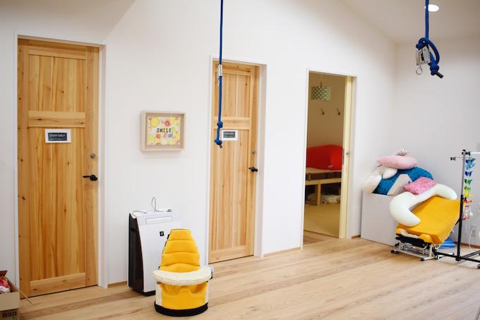 【写真】クッションやぬいぐるみが片付けられている。床、ドアから木の温もりが感じられ過ごしやすそう