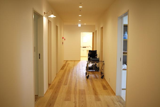 【写真】広い廊下に車椅子が置いてある
