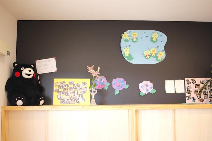 【写真】ネクステップの訪問看護ステーションにはくまモンのぬいぐるみや、写真、切り絵などが飾られて明るい雰囲気