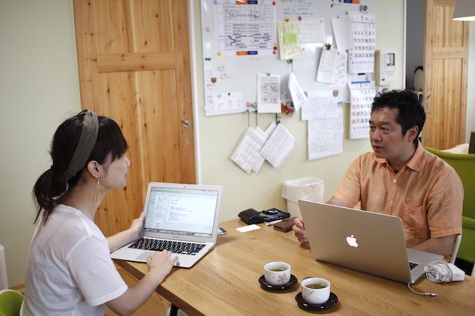 【写真】インタビュアーをまっすぐな視線で見ながら話をするしまづともゆきさん