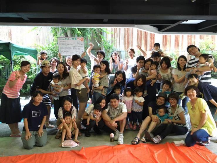 【写真】たくさんの子供たちとよしおかゆうみさん。子供たちは笑顔で楽しそうだ。