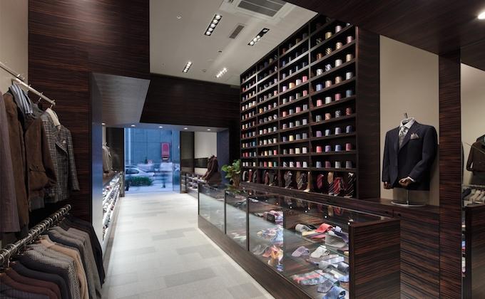 【写真】紳士服が並ぶ店内。スーツやネクタイがたくさん並んでいる。
