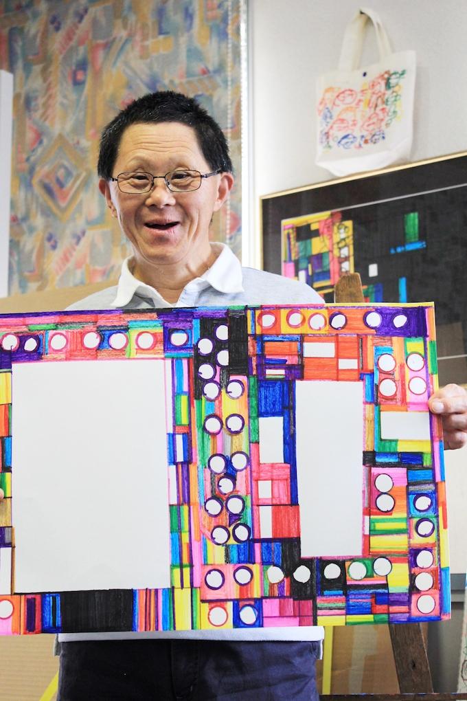 アーティストの 1 人、八重樫季良さん。彼の絵は、幾何学なパターンを描いたように見えますが、実は独自のアレンジのもと描かれた建築物。それぞれの絵柄 に、1人1人の個性が溢れています。