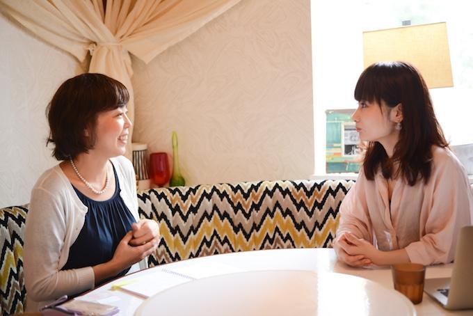 【写真】インタビューに笑顔で答えるよしおかゆうみさんとライターのくどうみずほ