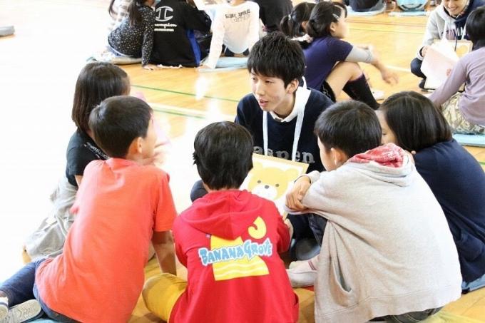 ReBitの活動で、子どもたちにLGBTについて語る松岡さん