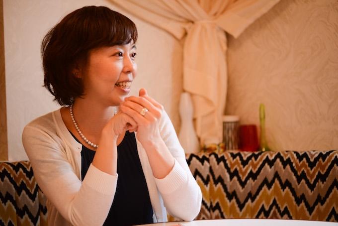 【写真】微笑んでインタビューに応えるよしおかゆうみさん