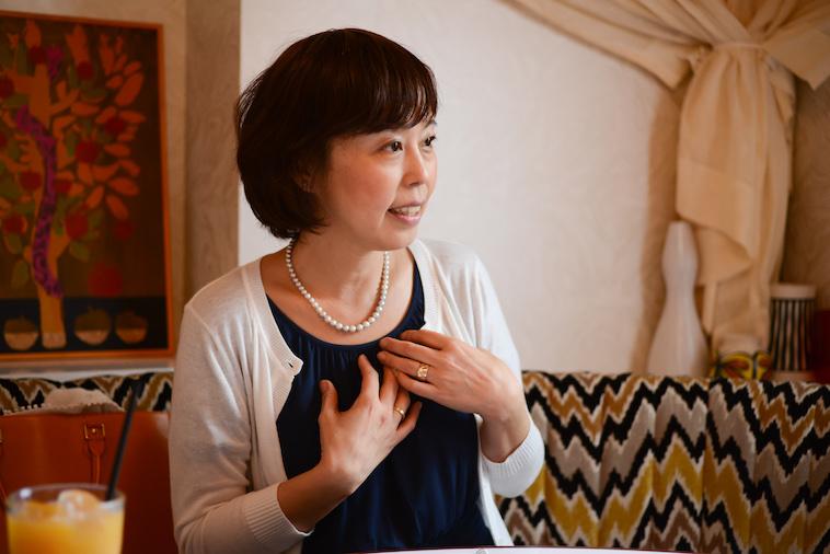 【写真】インタビューに真剣に応えるよしおかゆうみさん