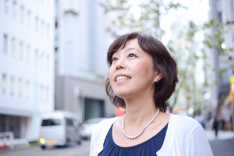 【写真】笑顔で空を見上げるよしおかゆうみさん