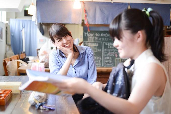 【写真】お互いに微笑むまりかさんと子ども