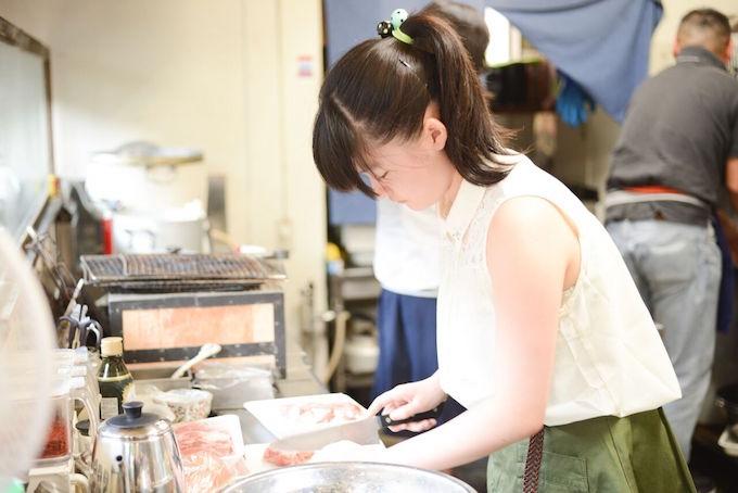 【写真】料理の手伝いをする子ども