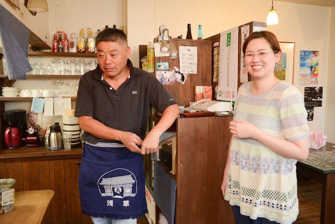 【写真】調理師免許を持ち、エプロンを付けているごんたさん