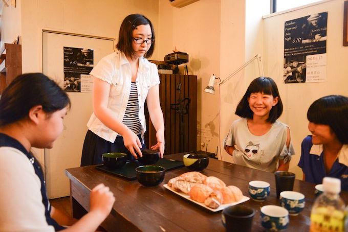【写真】笑顔で料理が揃うのを待つ子どもたち