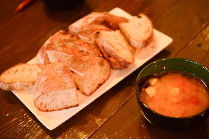 【写真】チキンのトマト煮込みとパン