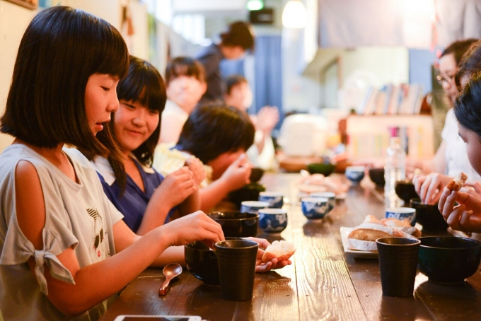 【写真】嬉しそうに料理を見る子どもたち
