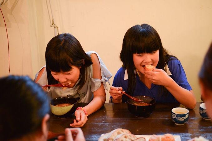 【写真】笑顔でご飯を食べる子どもたち