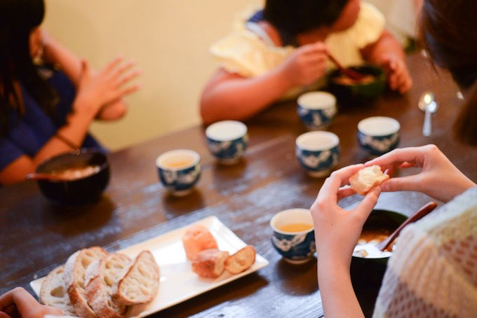 【写真】楽しく話しながらご飯を食べる子どもたち