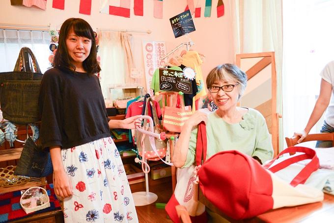 【写真】笑顔で商品を見せてくれるメンバー