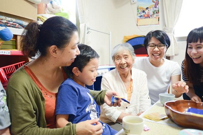 【写真】子どもたちも高齢者も笑顔で話している様子