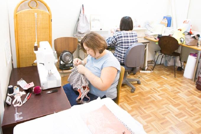 愛知県岩倉市の福祉施設「就労継続支援B型いいわーくす」の利用者さんがパラコードを編んでいます。