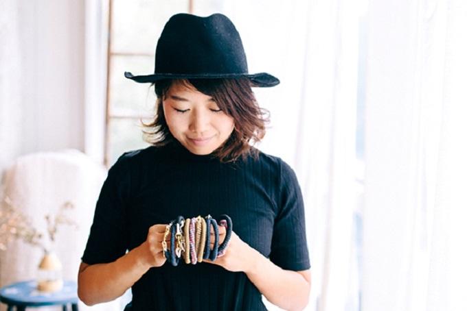【写真】様々な種類のるーぷすを手に取り見つめる女性