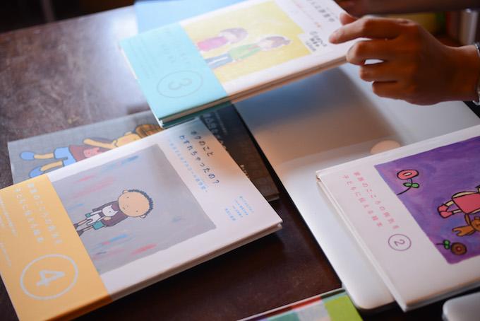 【写真】机の上にはたくさんのぷるすあるはの本が並んでいる