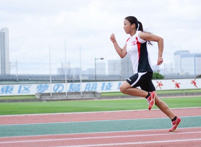 【写真】腕と足を振り上げてコースを走っているちあきさん。