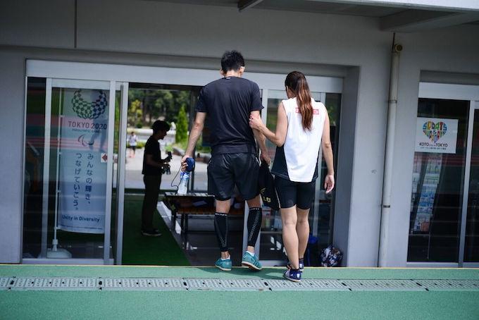 【写真】トレーニングを終えて移動中、ちあきさんはゆうじさんの腕を掴んで移動している。
