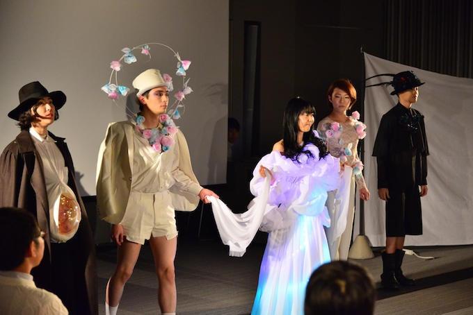 【写真】顔の上に飾りがある服などのファションショー