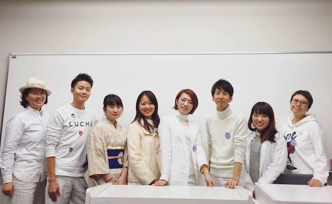 【写真】メイジアライウィークの運営者のみなさん。白色の服装で統一している。