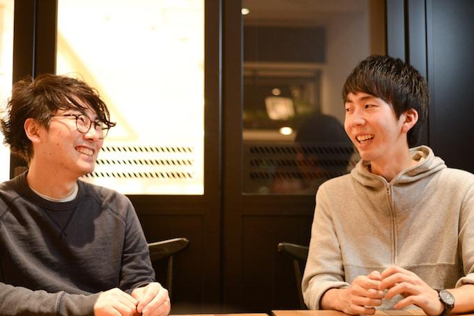 【写真】笑顔で話すまつおかそうしさんとライターのしらいしかつやさん