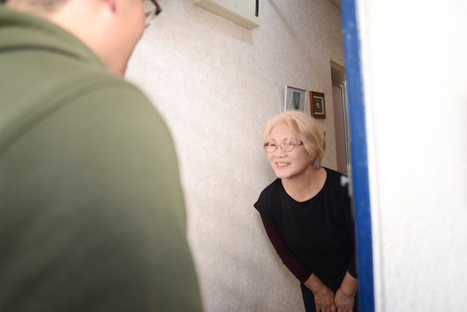 優しい笑顔で迎えてくれた 奥秋さん。3年前にこの高島平団地に入居。