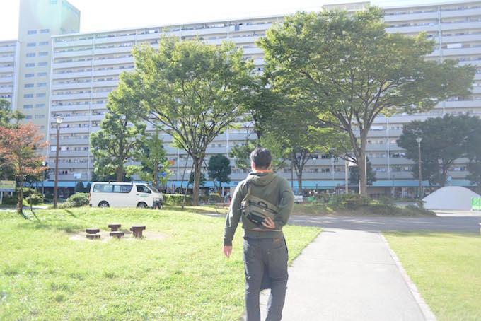 【写真】やわらかい日差しのなか、次の利用者のもとへと歩いていくまつおかさんの背中姿。