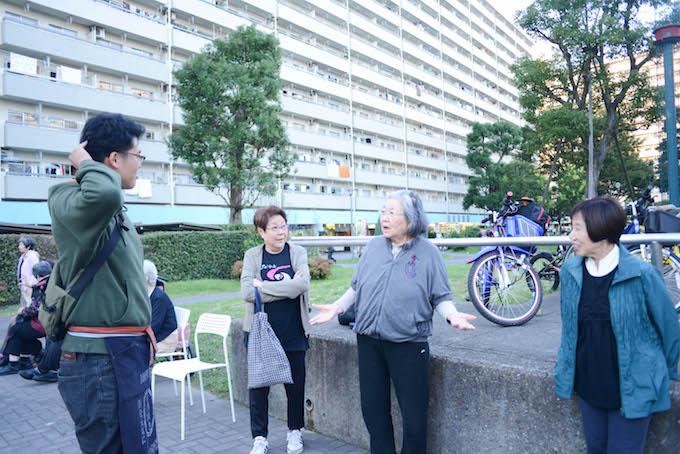 【写真】グループでインタビューに応えるちぃちゃん体操の参加者。とてもいきいきとしている。