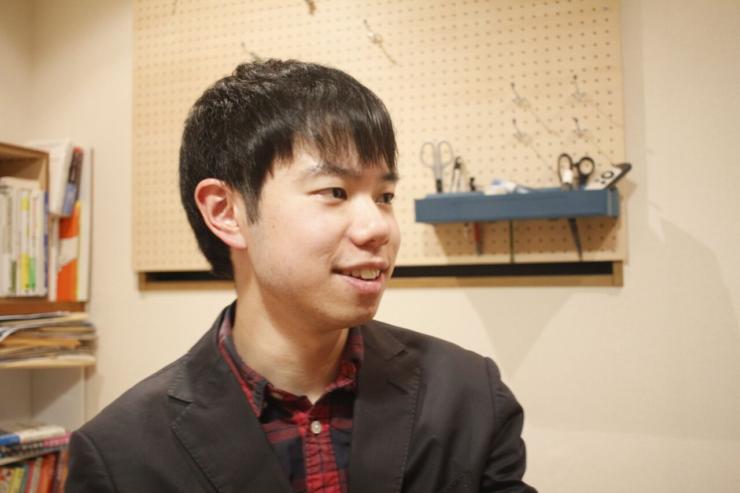 【写真】真剣な表情でインタビューに応えるさかうしりょうさん