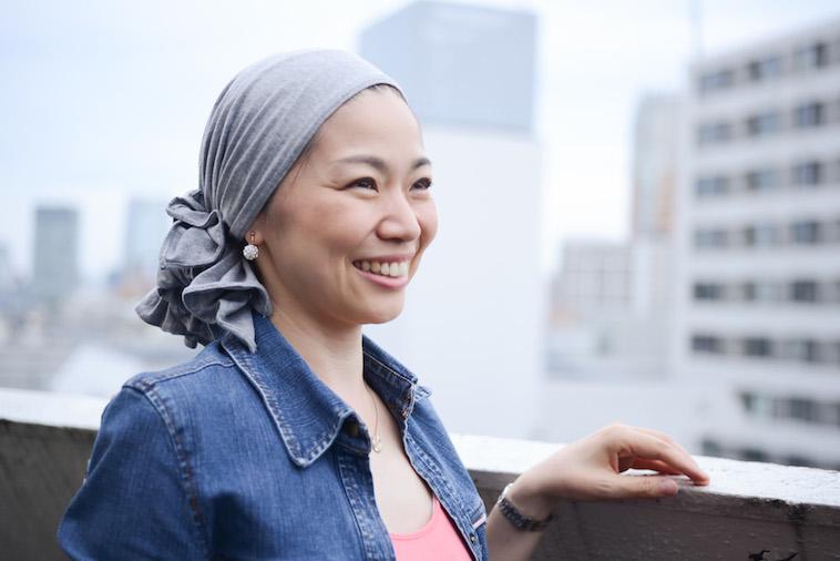 【写真】笑顔で前を見つめヘッドスカーフへの思いを語るつのださん