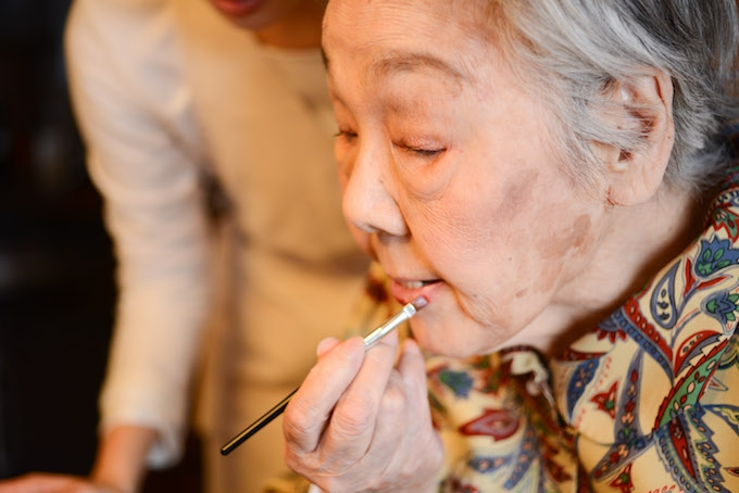 【写真】自分で選んだリップを、丁寧に唇に塗るおばあさま