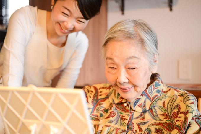【写真】メイクが完成して明るい笑顔を見せてくれたおばあさまと、その様子を嬉しそうな表情で見守るちしおさん
