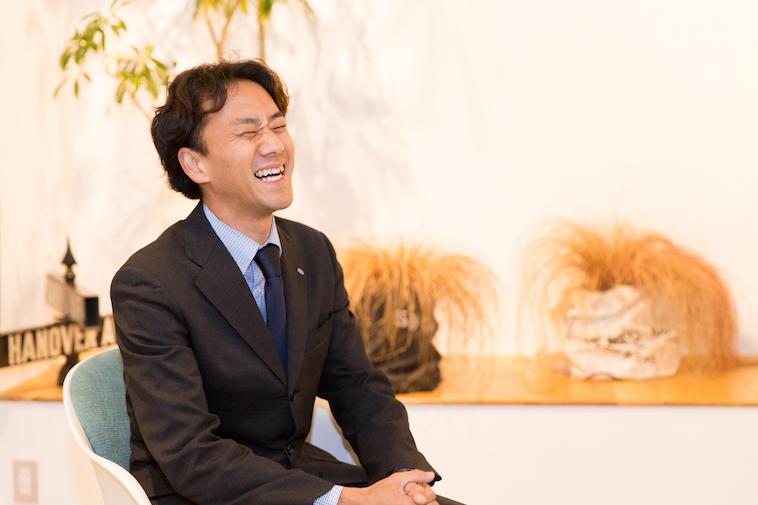 【写真】笑顔でインタビューに応えるたんのともふみさん