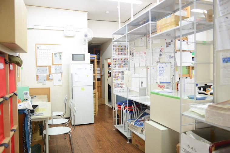 【写真】ビッグイシュー日本の東京事務所には、冷蔵庫や電子レンジもある。