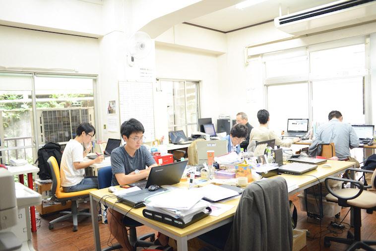 【写真】ビッグイシュー東京事務所ではスタッフの方達がパソコンなどで作業している