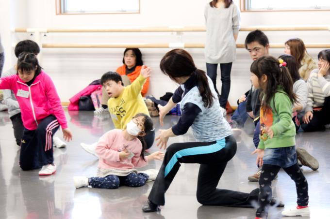 【写真】子供たちがそれぞれに体を動かし、表現している