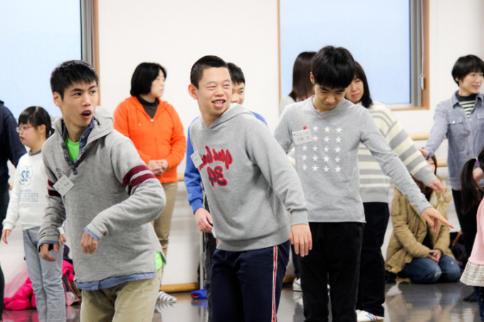 【写真】スリラーのダンスを練習する子どもたちは、笑顔を見せている