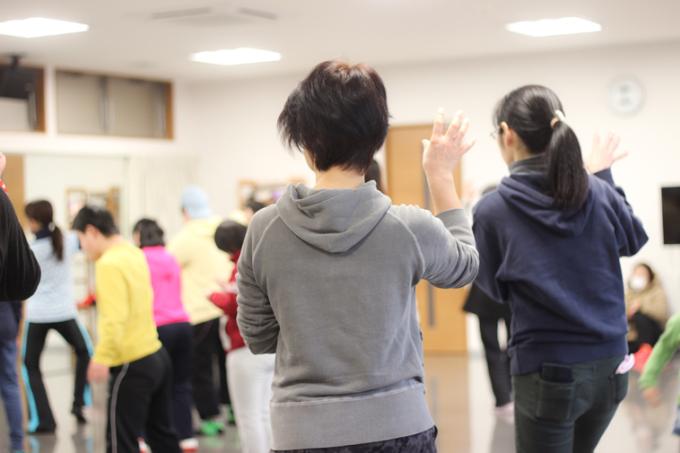 【写真】子どもたちの後ろで、こっそりダンスを行う保護者の方々