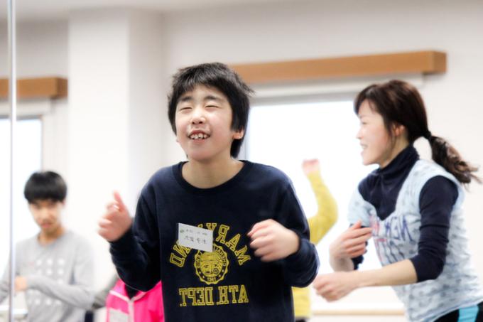 【写真】リラックスした笑顔でダンスを楽しんでいる男の子