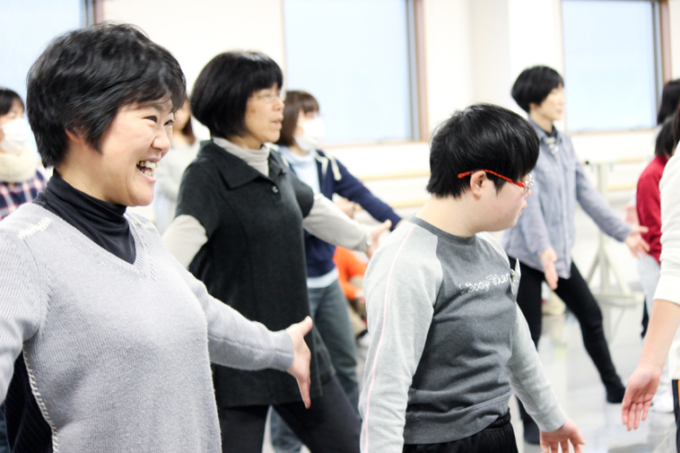 【写真】子どもたちと共にダンスを楽しむさかいさん